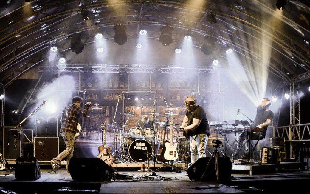 TEAM.TOUR Bandfoto on stage
